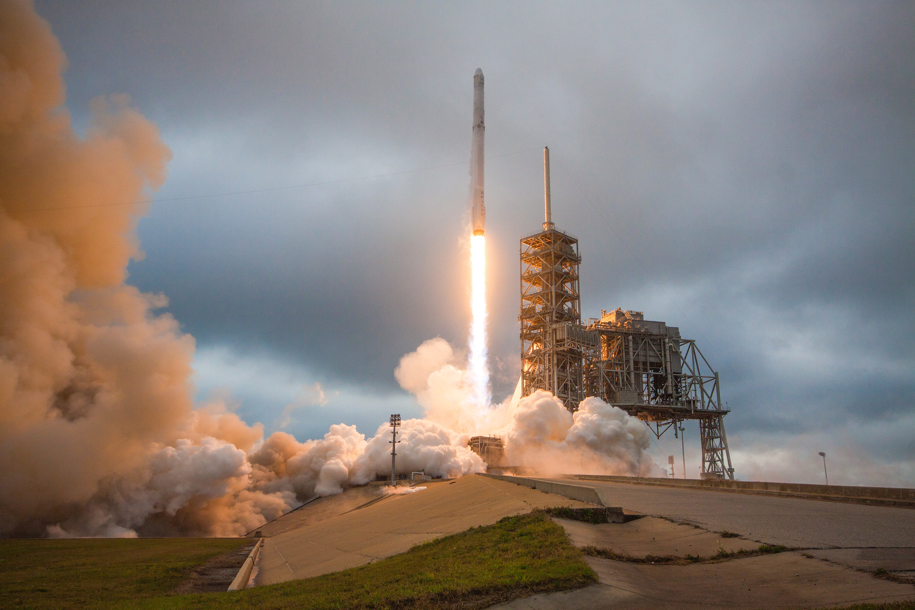 3/illustrations/falcon_9/Falcon_9_and_Dragon_lift_off_from_Launch_Pad_39A_for_CRS-10_(32852846842).jpg