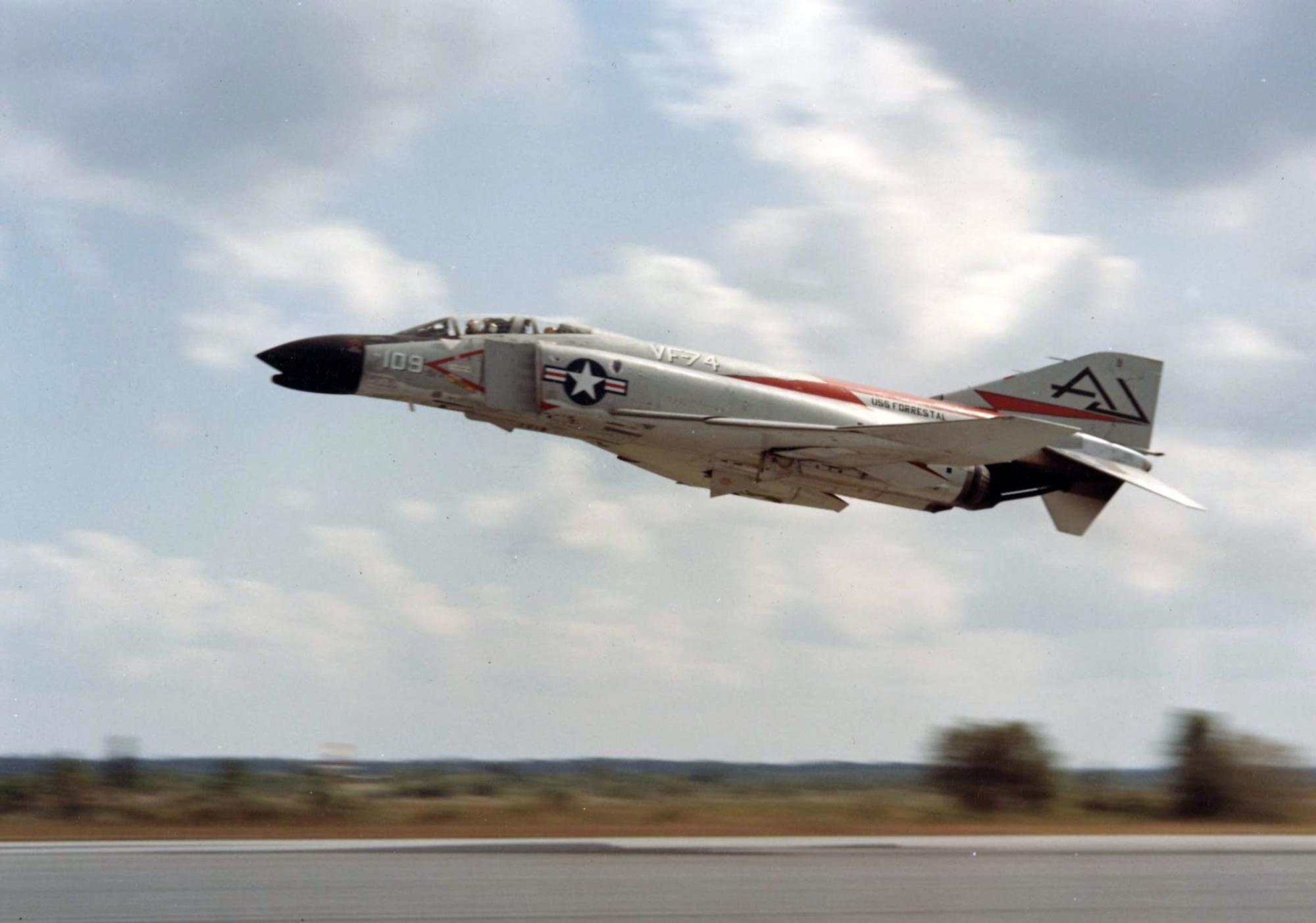 2/illustrations/rr_spey/F-4B_VF-74_taking_off_1961.jpg