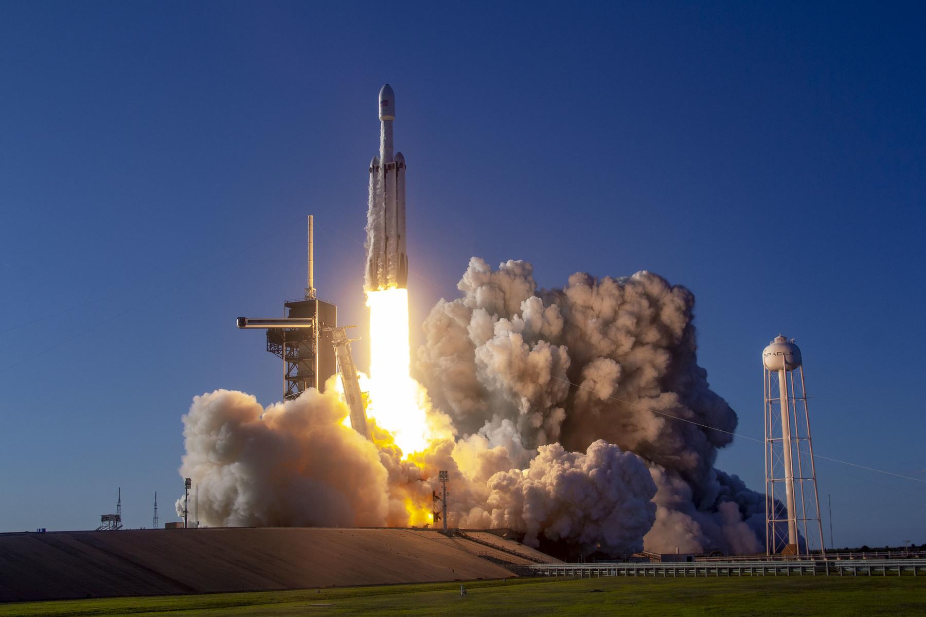 3/illustrations/falcon_rocket/Arabsat-6A_Mission_(40628438523).jpg