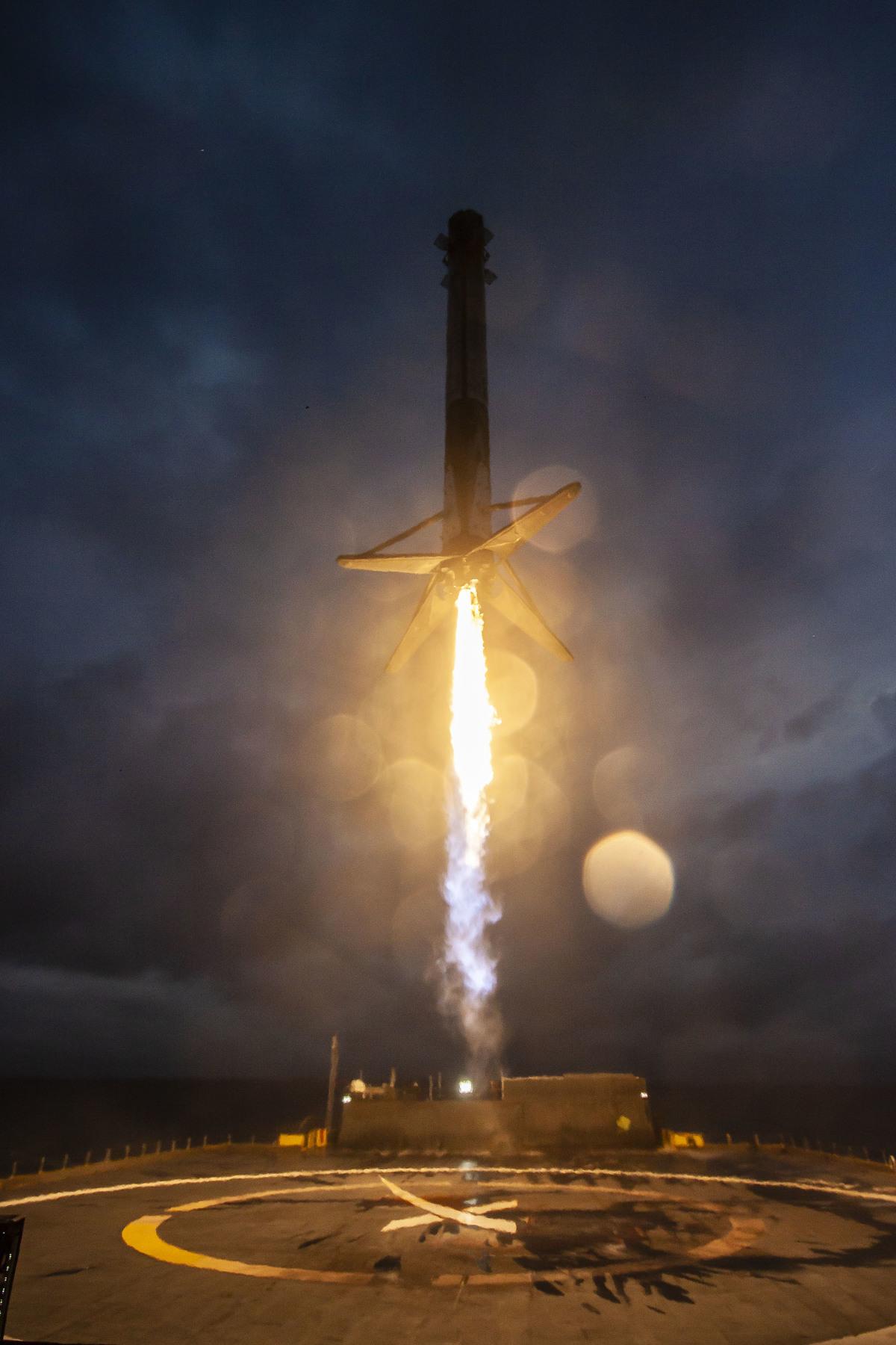 3/illustrations/falcon_rocket/landing/Arabsat-6A_Mission_(47593269202).jpg